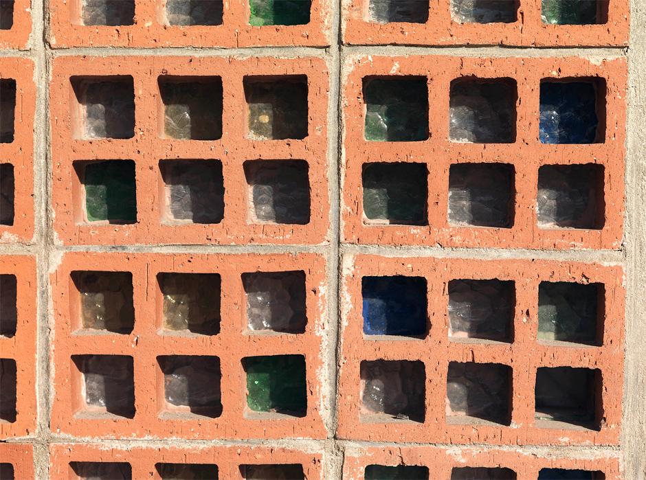 Depuis l'extérieur, détail des claustras garnis de verre coloré