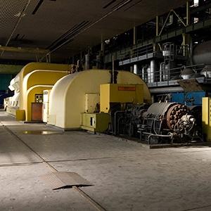 Centrale EDF de Montereau (communes de Vernou-la-Celle-sur-Seine et La Grande-Paroisse, Seine-et-Marne). Batterie de broyeurs à charbon (tranche 1, 125 MW) côté ventilateurs. 1957.